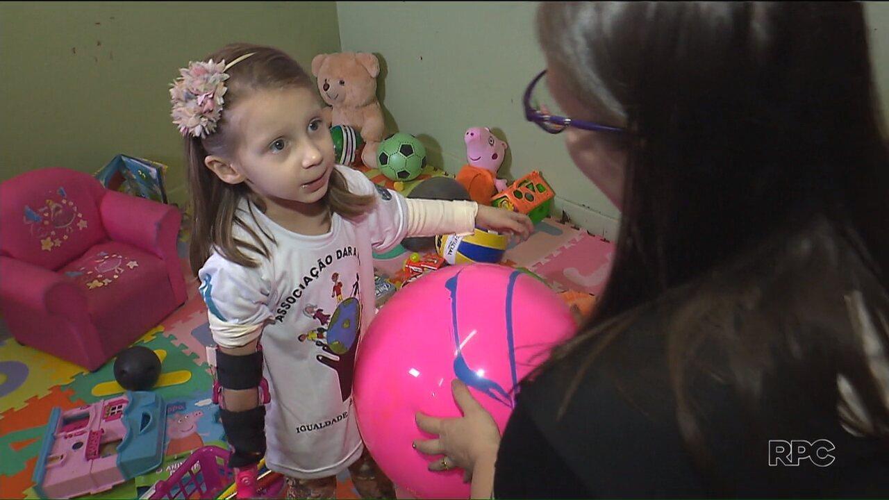 Mãe, impulsionada por deficiência da filha, cria projeto para doar próteses