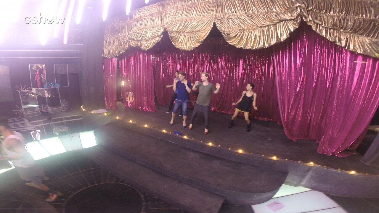 Gabriel Sanches ensaia para o espetáculo das drags em Pega Pega