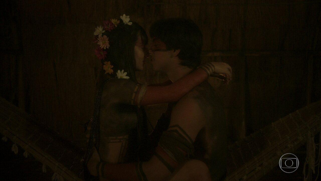 Jacira e Piatã passam a primeira noite juntos após casamento em 'Novo Mundo'