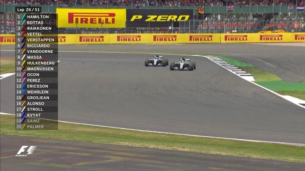 Lewis Hamilton para nos boxes e volta ainda na frente de Bottas