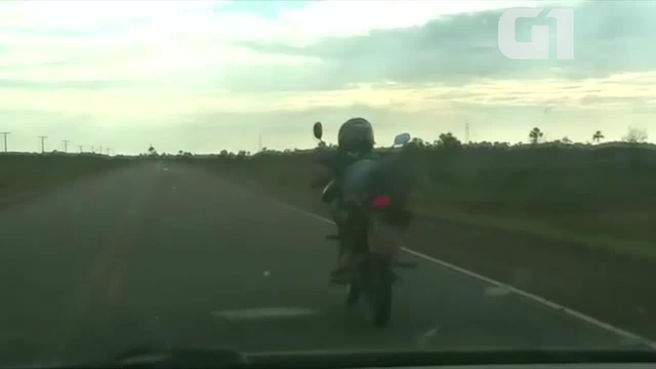 Vídeo mostra motoqueiro em direção perigosa em estrada do Amapá