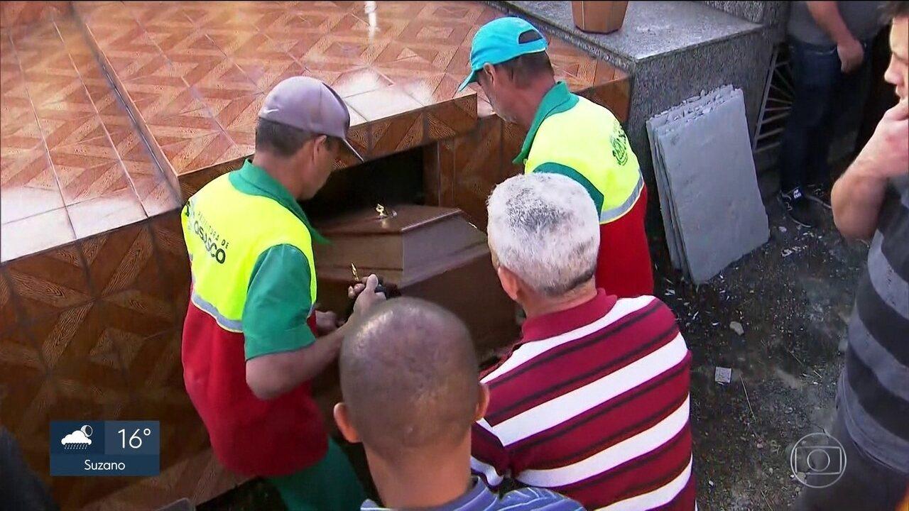 Corpo de comissário que morreu em acidente na Avenida dos Bandeirantes é enterrado