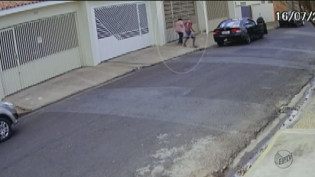 Câmera de segurança flagra assalto a idosa de 78 anos em Rio Claro, SP