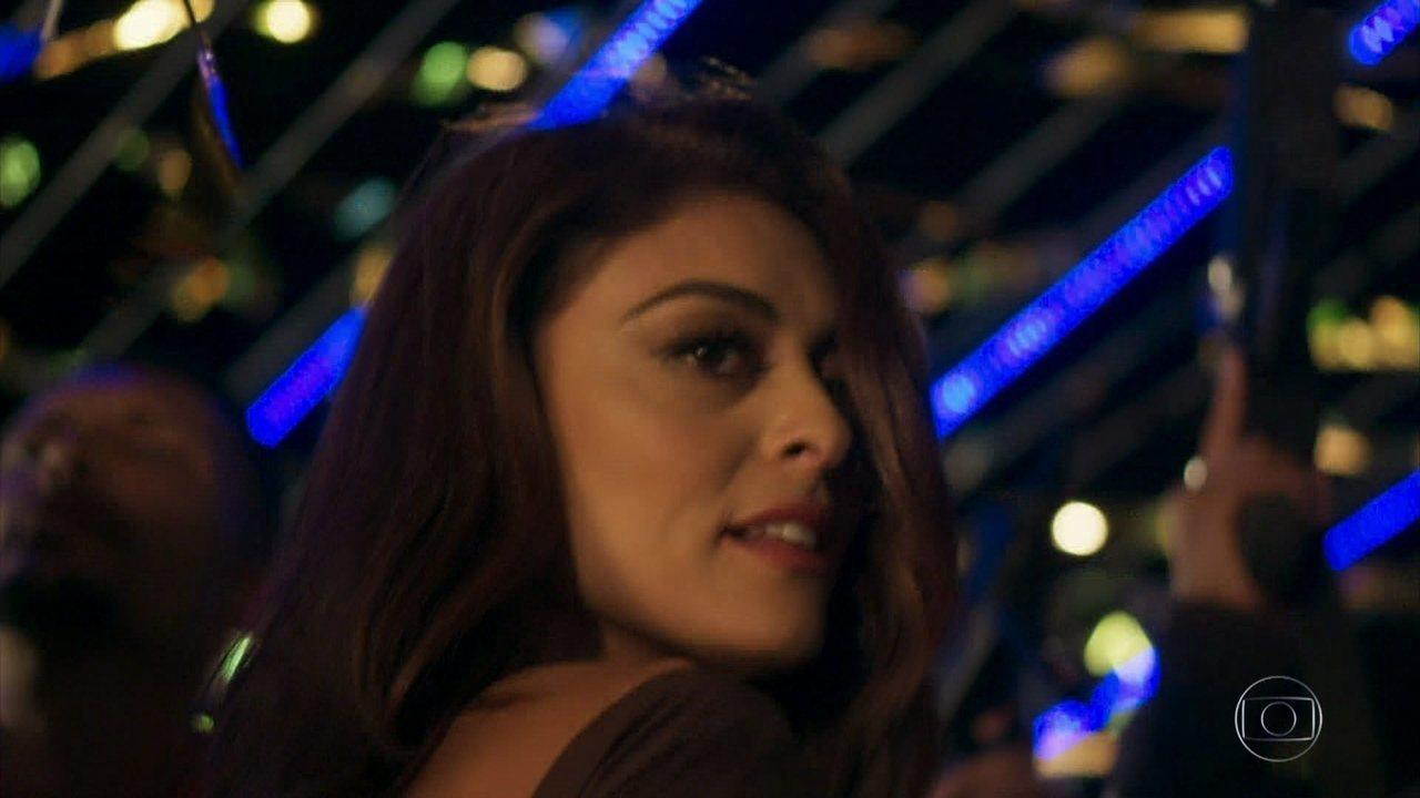 Bibi, vivida por Juliana Paes, se diverte no baile de Sabiá ao som da música de MC Koringa