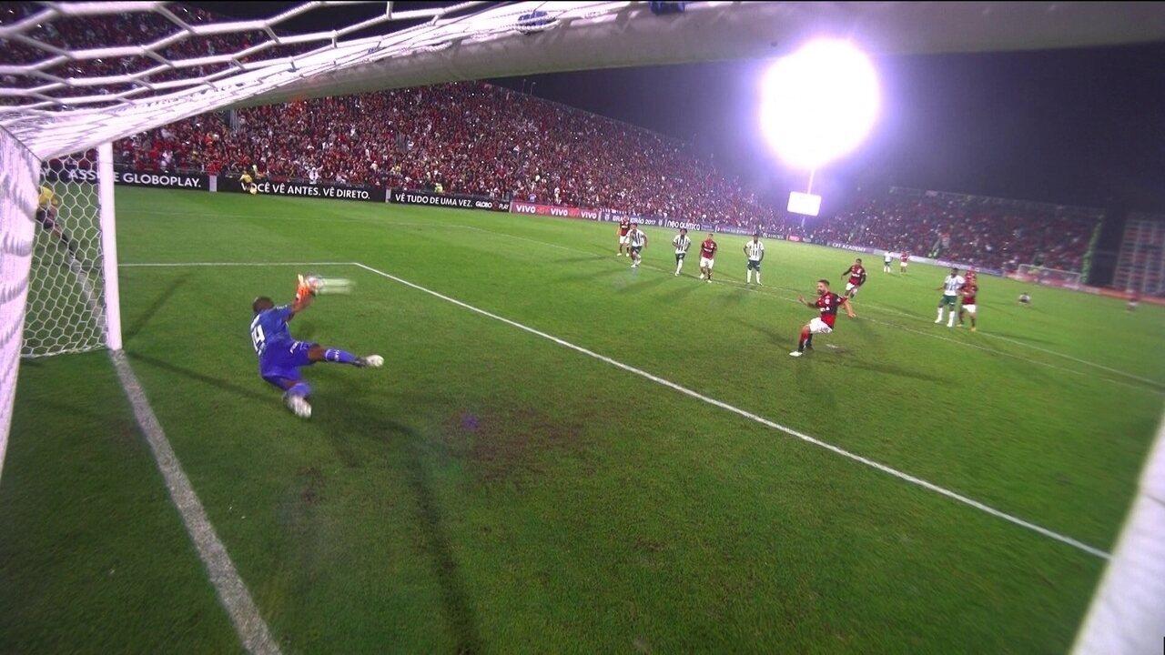 Diego cobra no canto esquerdo de Jailson, e o goleiro faz a defesa