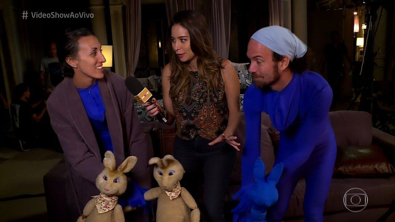 Atores manipuladores dão vida à boneca-canguru de 'Pega Pega'