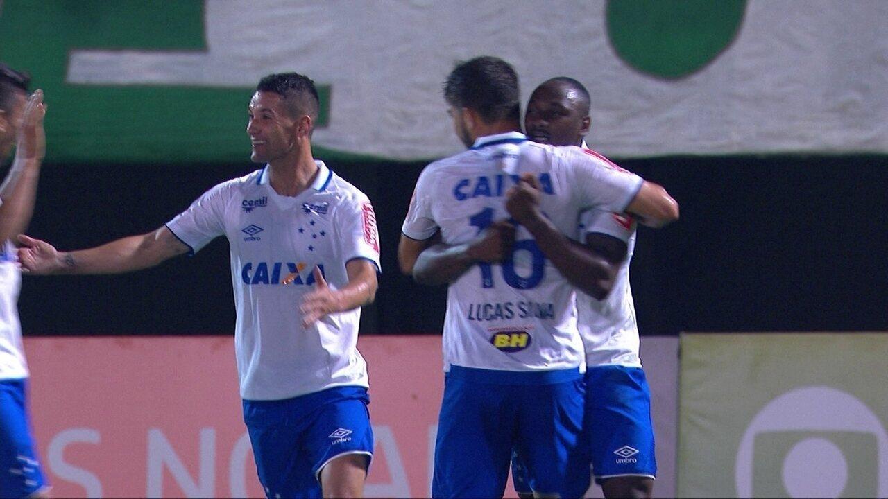 Gol do Cruzeiro! Thiago Neves, na entrada da área, toca para Sassá que chuta aos 35' do 1º