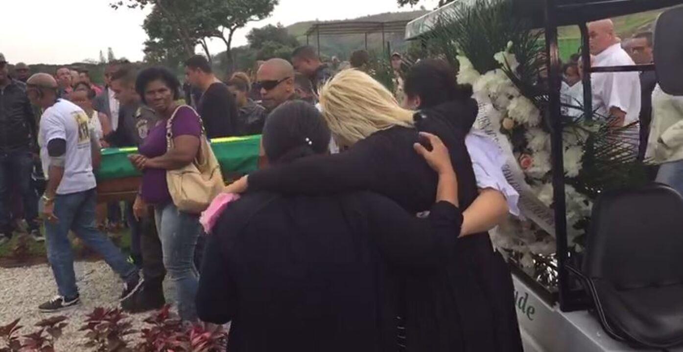 Mãe de PM morto em Nova Iguaçu lamenta enquanto caixão do filho é carregado
