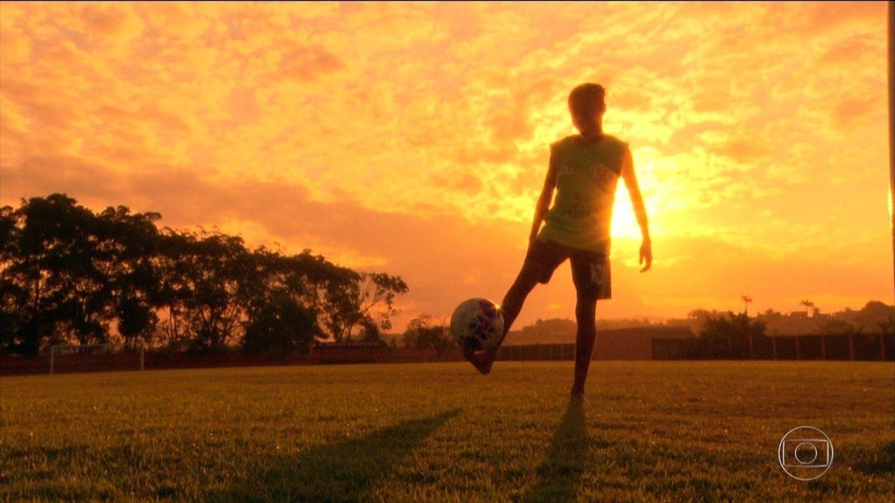 Maria Peck, a menina de 13 anos que quebra barreiras no futebol e treina com meninos