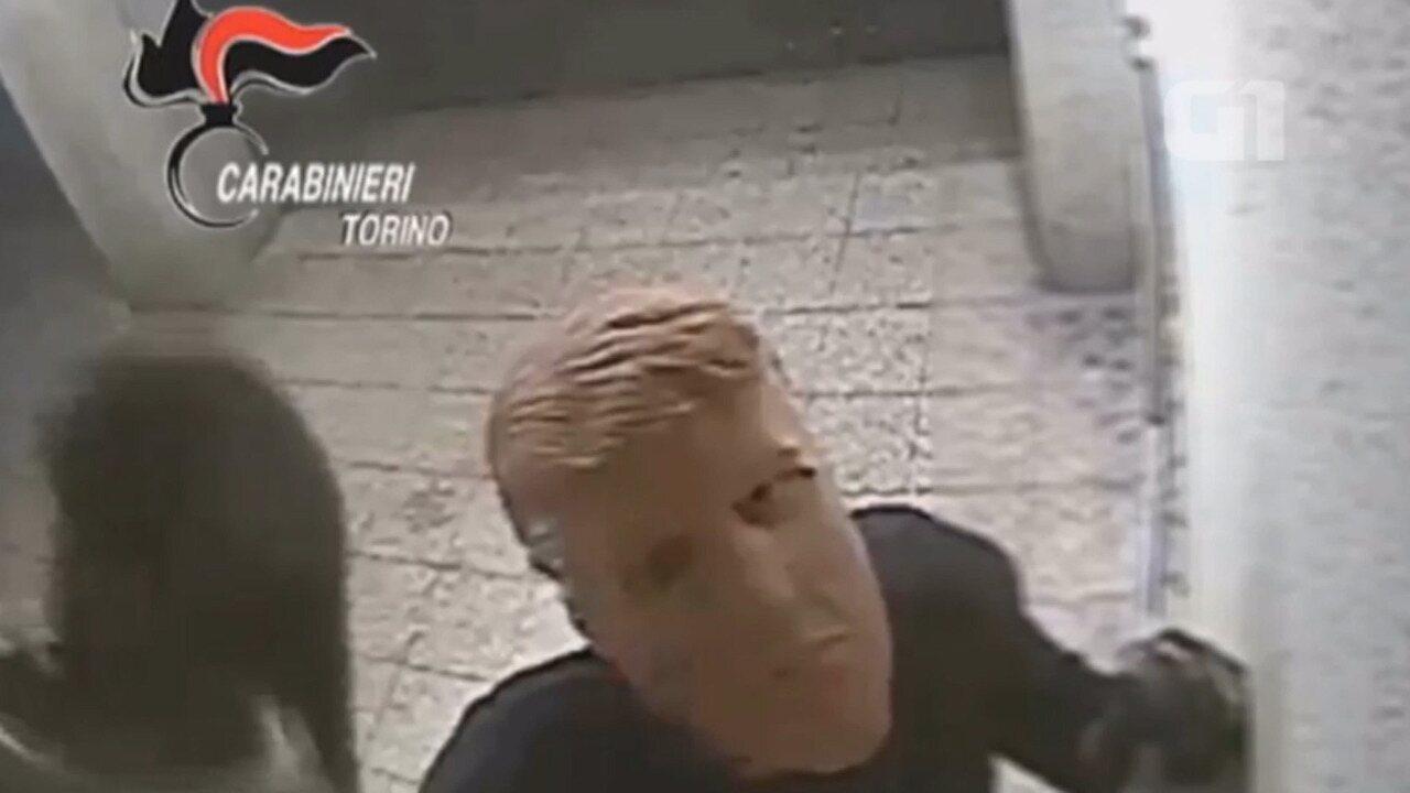Irmãos com máscara de Trump são flagrados tentando roubar caixa eletrônico em Turim