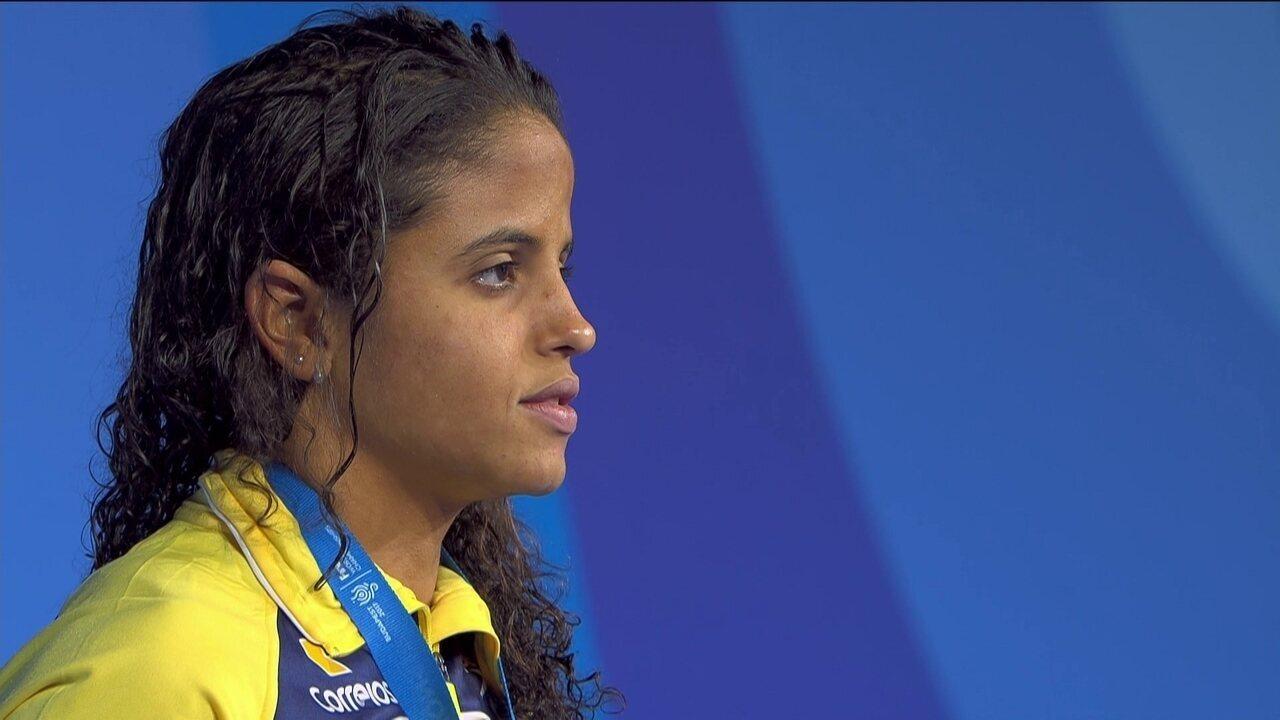 Etiene Medeiros recebe a medalha de ouro no Mundial de Esportes Aquáticos
