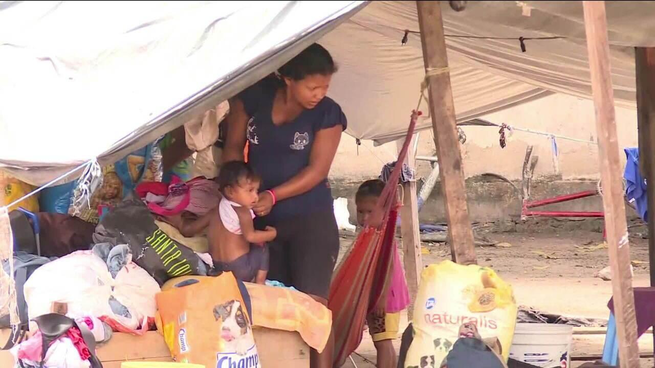 Venezuelanos deixam o país e entram no Brasil por Roraima