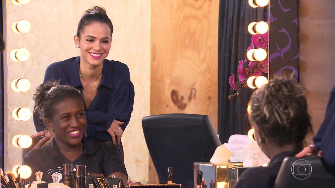 Bruna Marquezine participa de brincadeira dando dicas de maquiagem