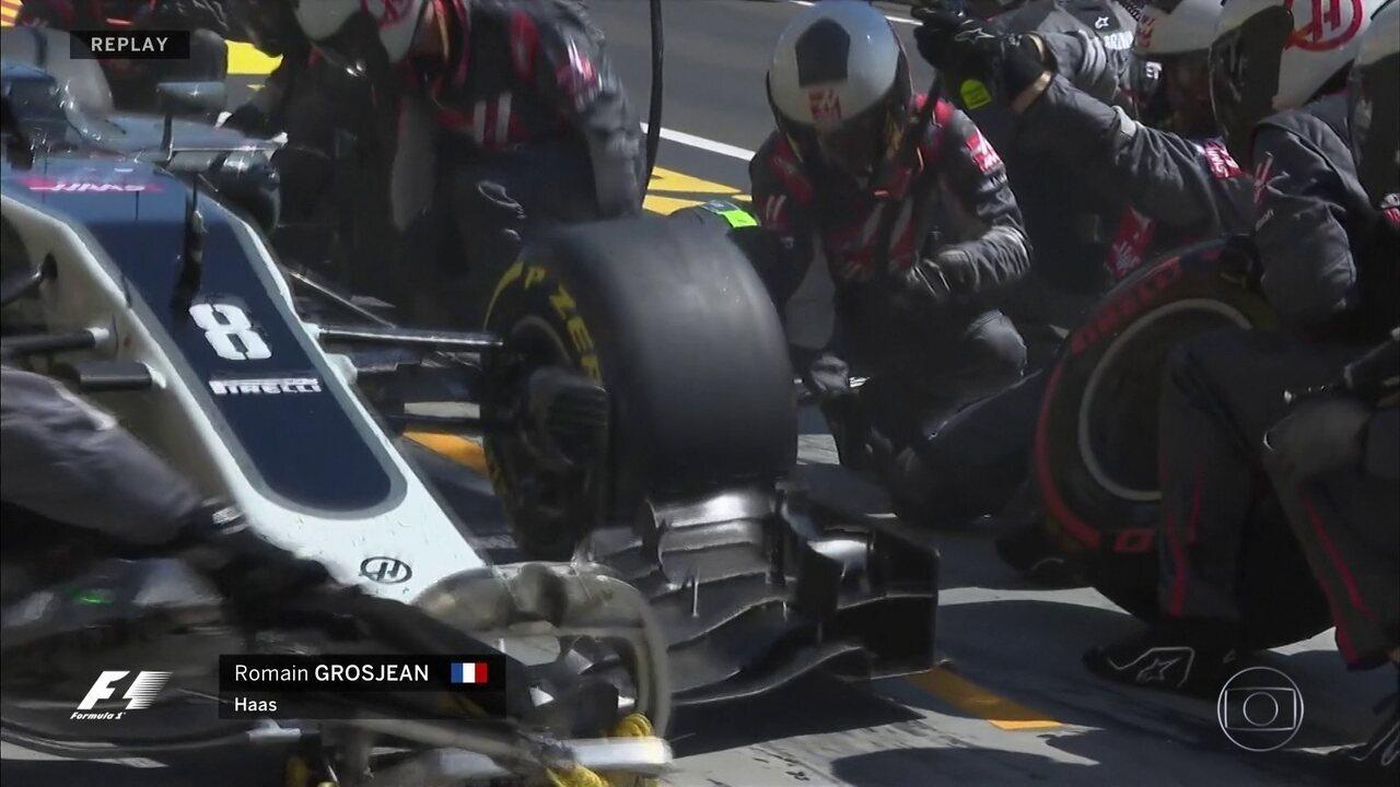 Romain Grosjean deixa os boxes com a roda solta e precisa parar na pista
