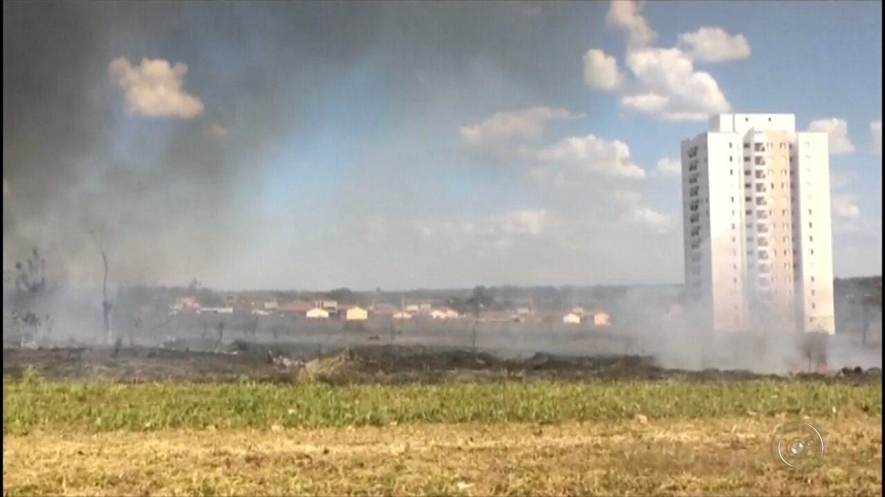 Incêndio atingiu área em bairro de Araçatuba
