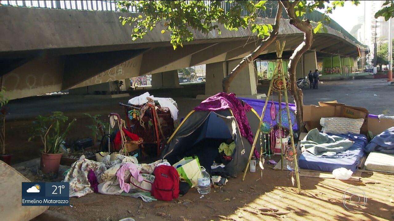 Moradores de rua reconstroem barracos debaixo do viaduto e em ruas próximas após incêndio