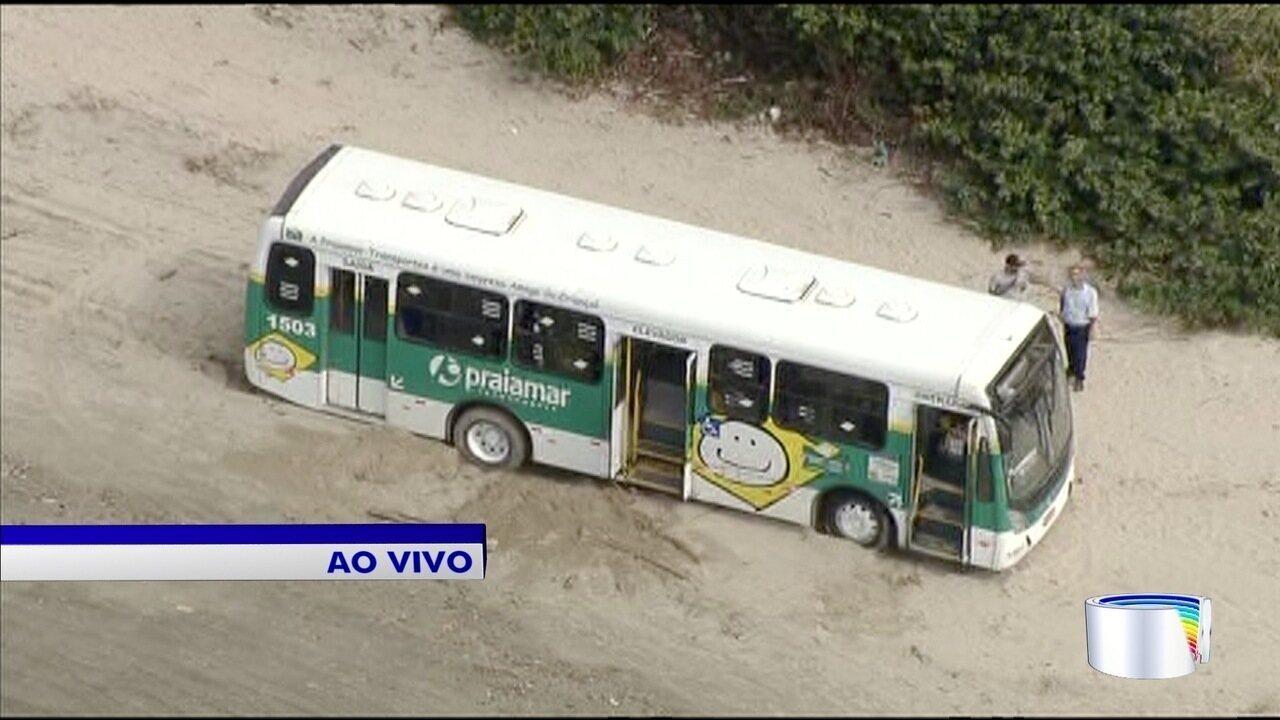 Ônibus faz manobra na praia e atola