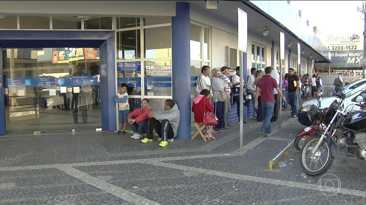 Agências da Caixa têm filas no último dia para saques das contas inativas do FGTS