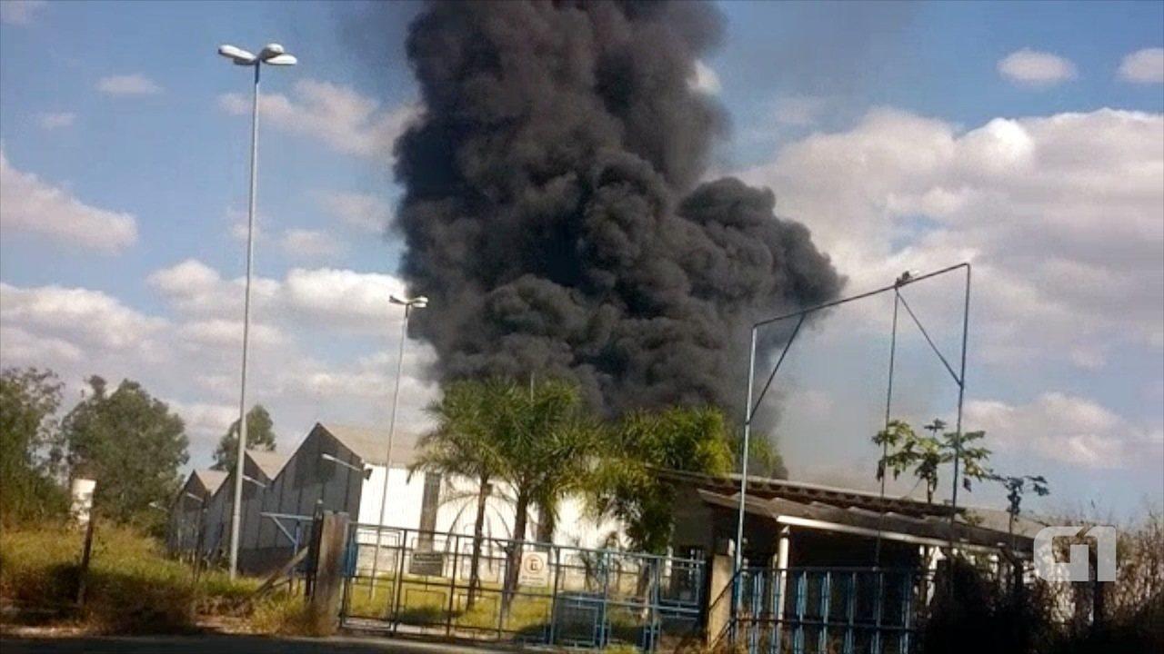 Fumaça preta em terreno da antiga Nobrecel chama a atenção em Pinda