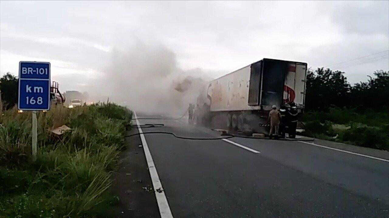 Carreta frigorífica pega fogo na BR-101, em Canguaretama