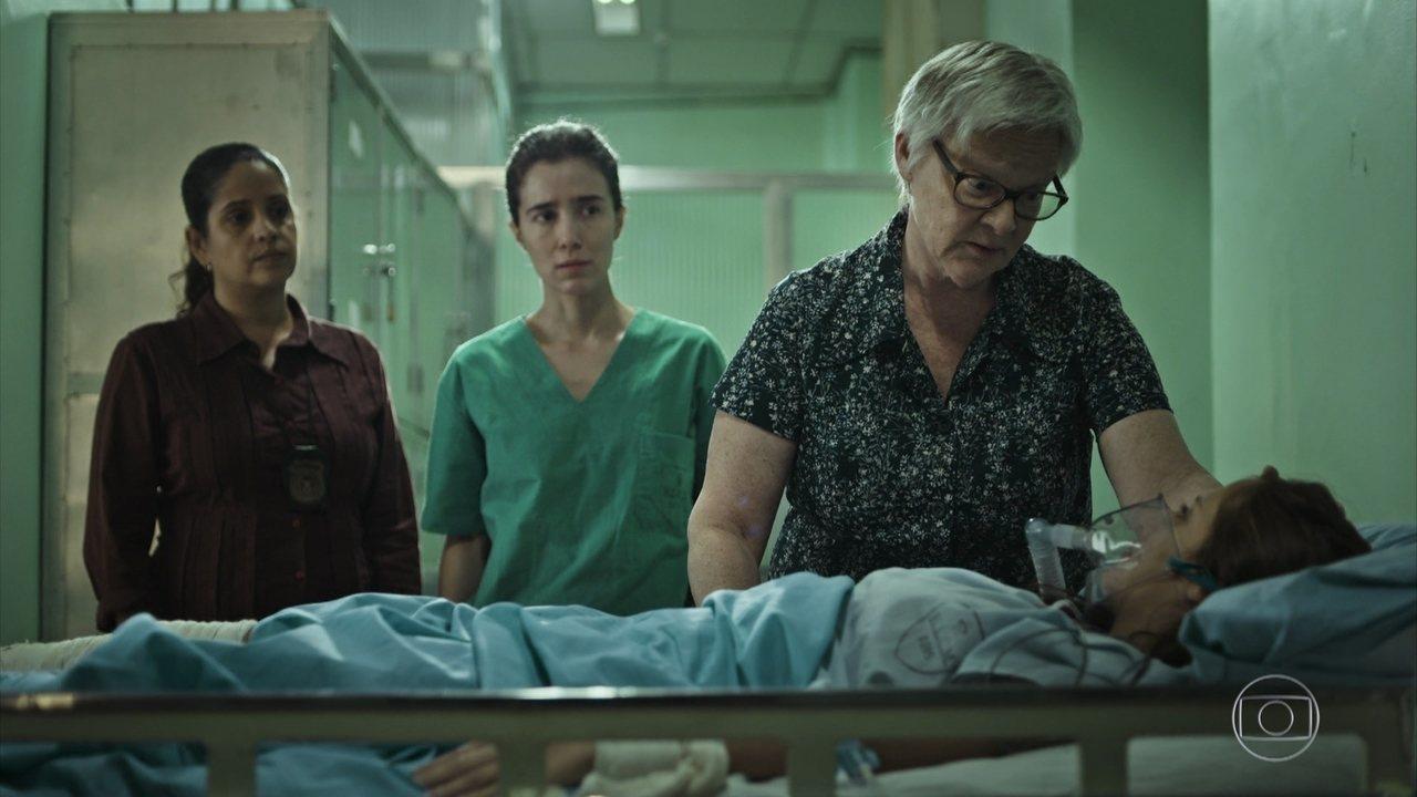 Carolina convence Michele a denunciar o pai