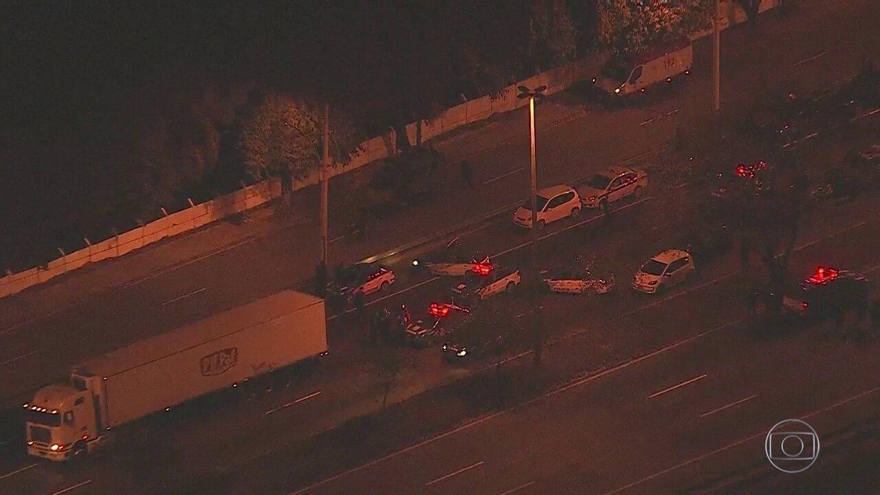 Motorista de caminhão é feito refém na avenida Brasil
