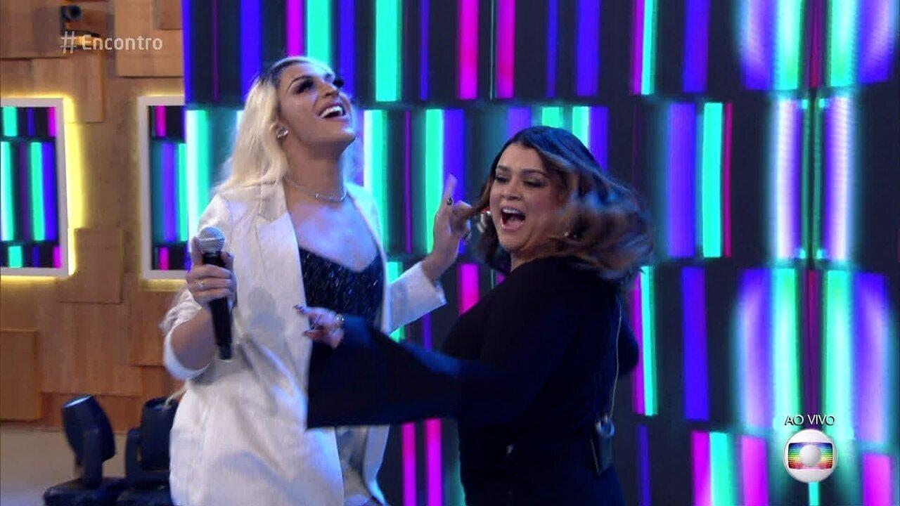 Preta Gil e Pabllo Vittar cantam 'Decote'