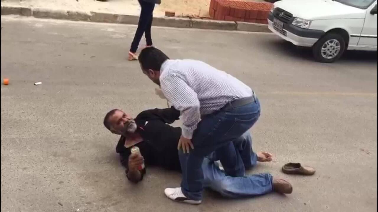 Homem é jogado ao chão por subsecretário após se negar a 'encostar'