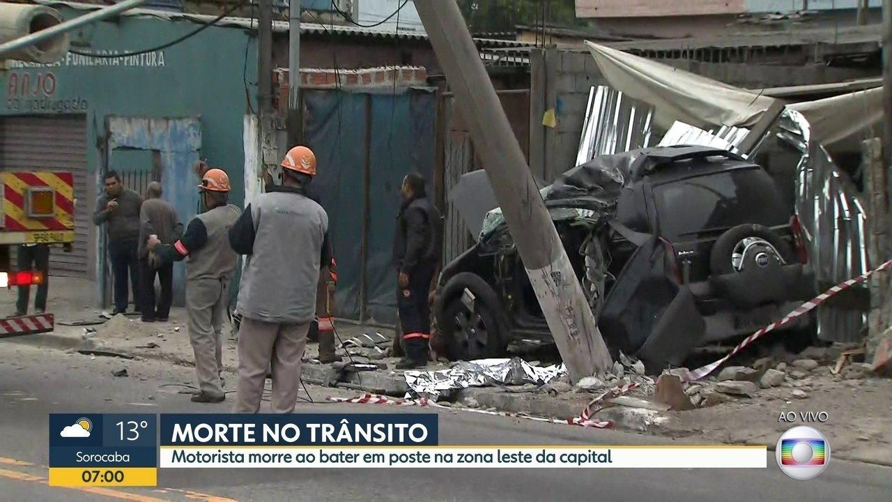 Motorista morre ao bater em poste em rua da Zona Leste