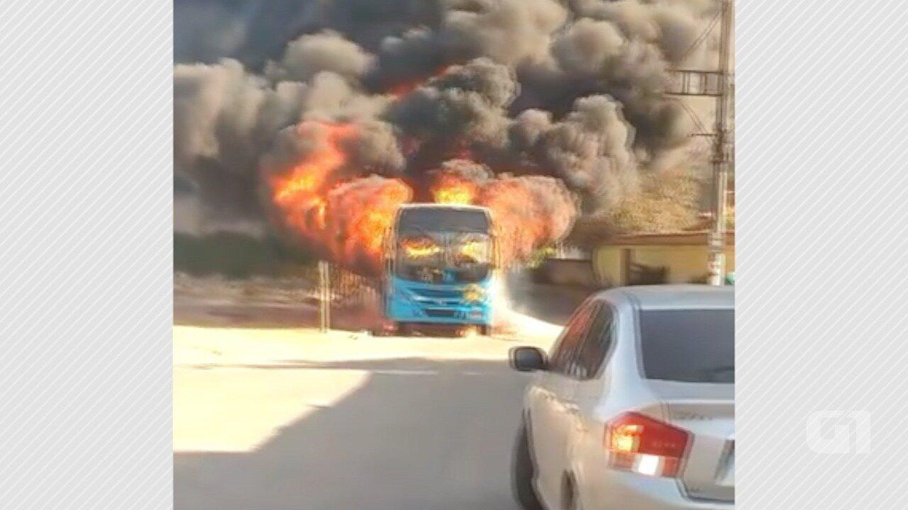 Ônibus do Transcol é incendiado por criminosos em Cariacica, ES