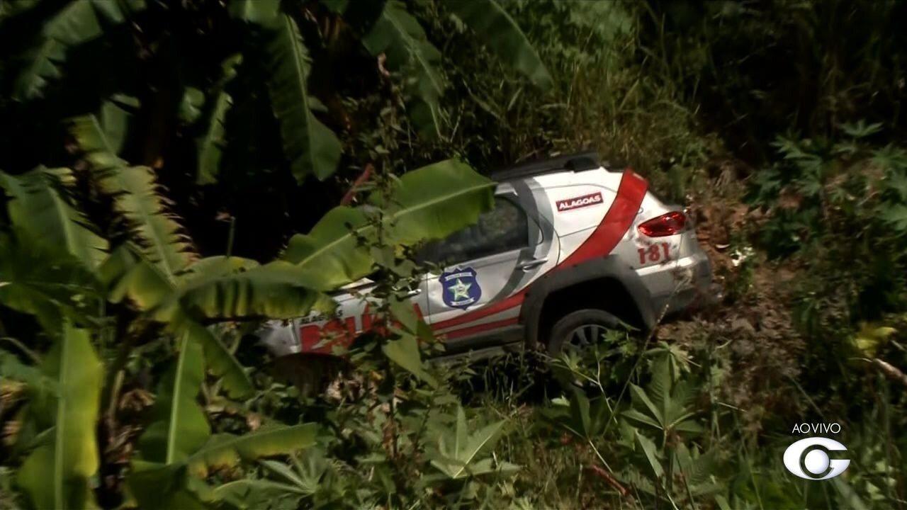 Viatura da polícia se envolve em acidente e acaba caindo em Ribanceira na Via Expressa