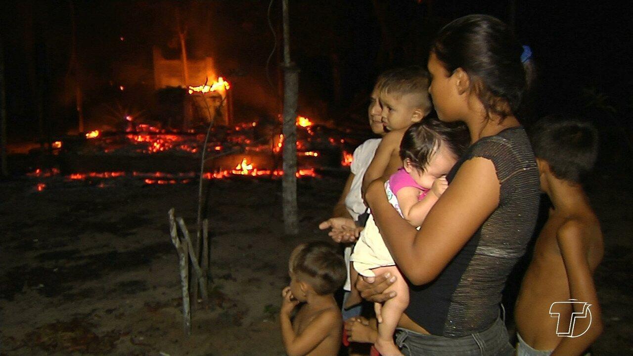 Família que perdeu tudo em incêndio no Eixo Forte teme ficar desabrigada