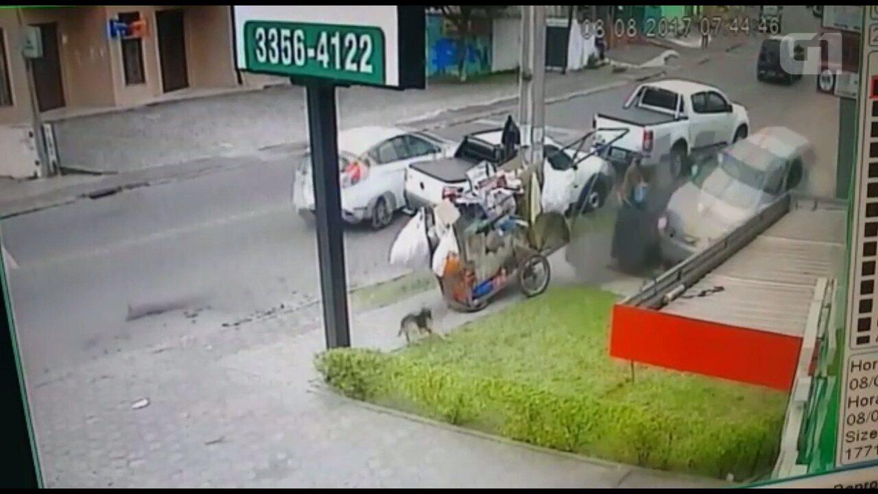 Carrinheiro e cachorro escapam por pouco de carro desgovernado em Curitiba; VÍDEO