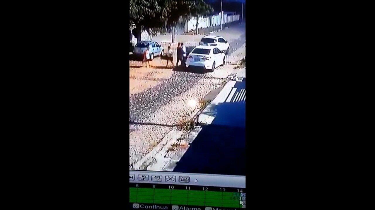 Vídeo mostra bandidos roubando carro de conselheiro do RN