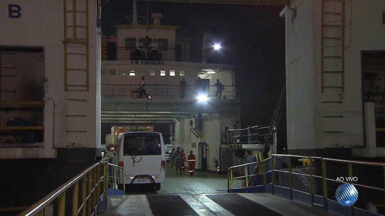 Ferry tem problema técnico e passageiros precisam ser transferidos para outra embarcação