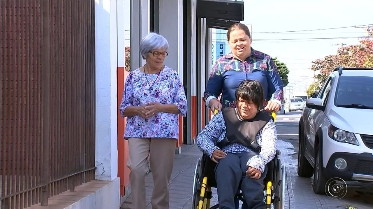 Resultado de imagem para Cadeirante é impedida de entrar em loja: 'Saímos rindo e voltamos chorando', diz mãe