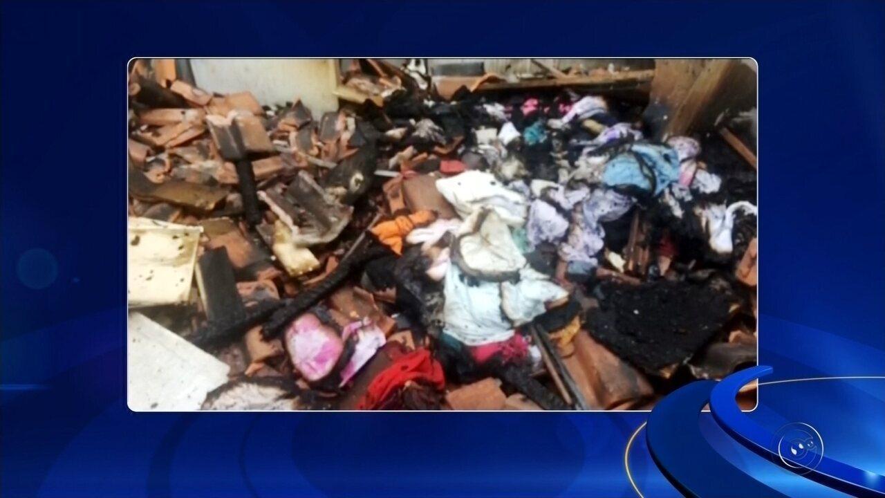 Casa em conjunto habitacional fica destruída após incêndio em Araçatuba