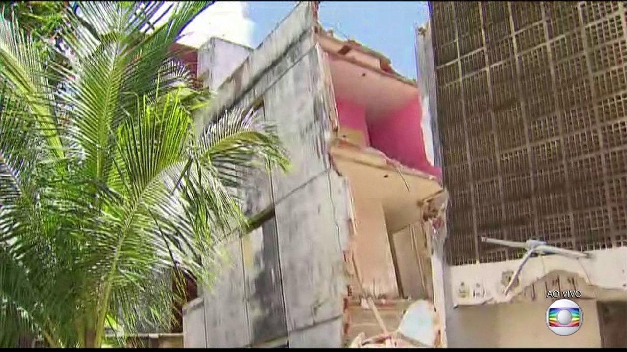 Famílias se arriscam para retirar pertences de prédio que rachou ao meio