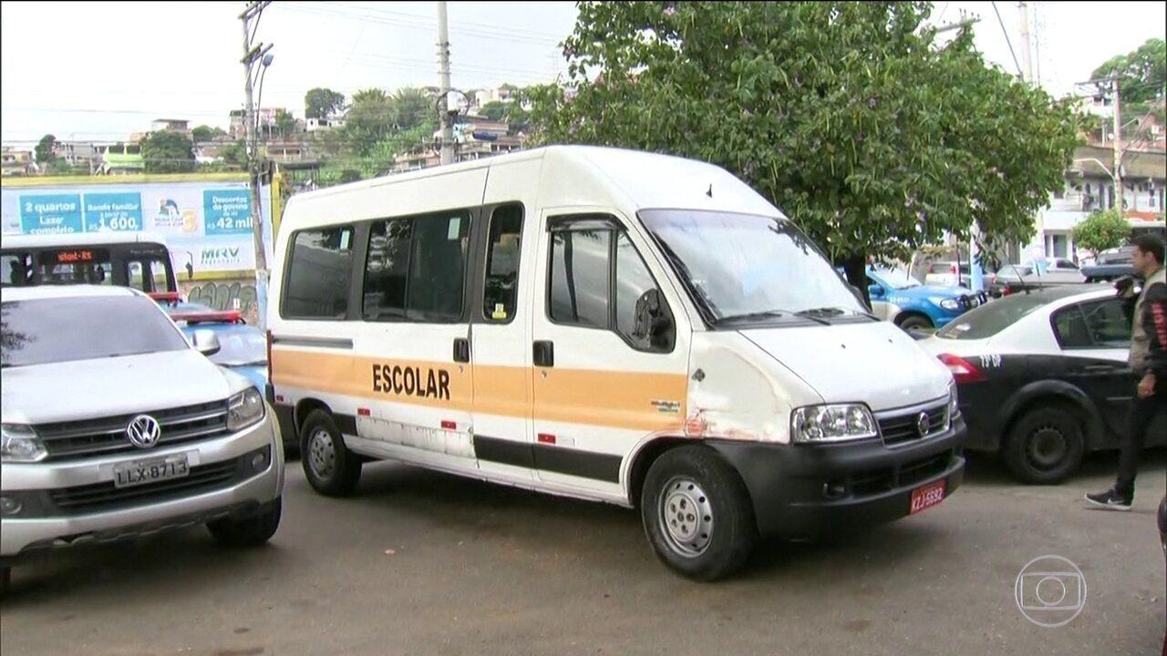 Bandidos em fuga roubam uma van escolar e fogem levando duas crianças pequenas