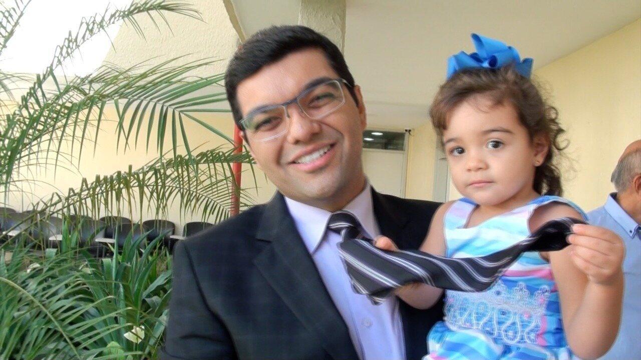 Luiz Esteves recebeu a visita da pequena Luiza na surpresa de Dia dos Pais ao vivo no estúdio do CETV