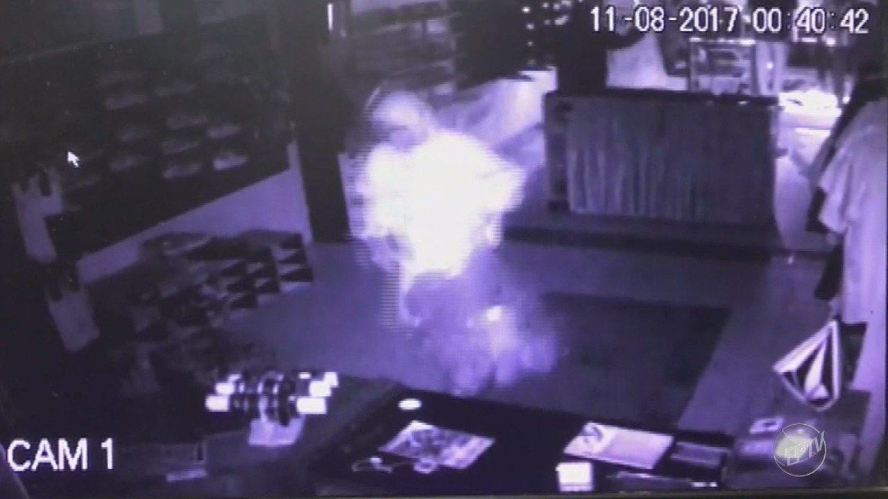 Câmeras de segurança registram roubou a loja no centro de Holambra
