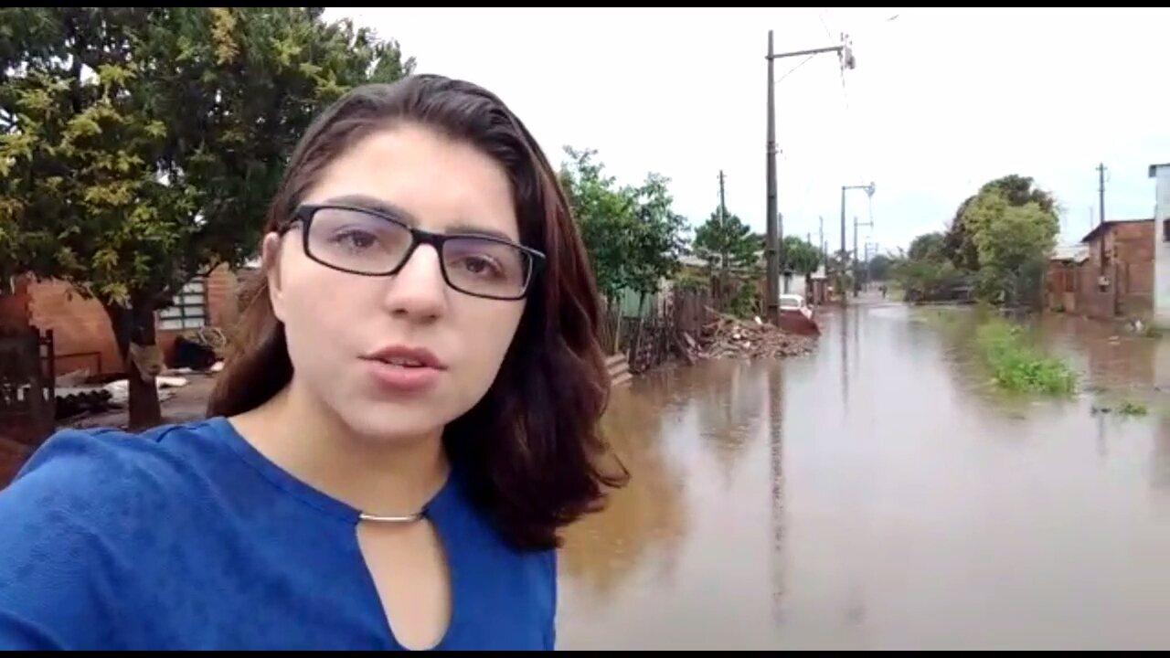 Chuva alaga ruas e casas em bairro de Foz do Iguaçu