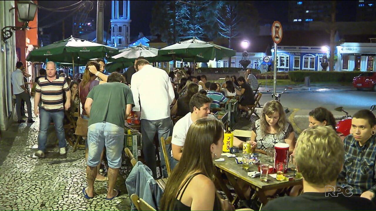 Mulheres devem pagar menos que homens em restaurantes, bares e casas noturnas?