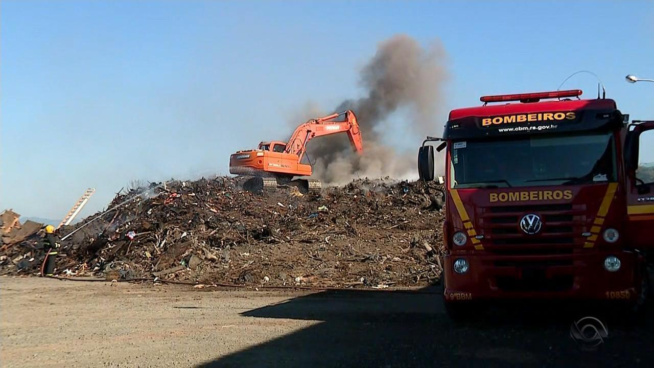 Incêndio já dura quatro dias em aterro no Litoral Norte do RS