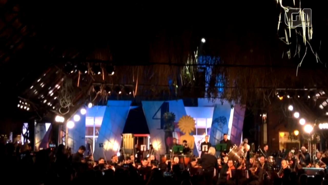 João Carlos Martins rege orquestra sinfônica de Gramado na abertura do Festival de Cinema