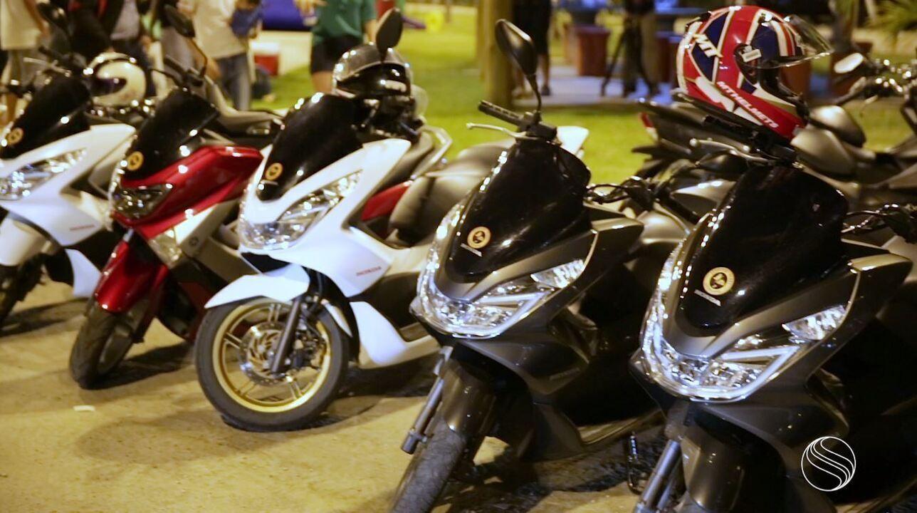 Fernanda Pinheiro bate um papo com uma turma que se amarra em pilotar scooter