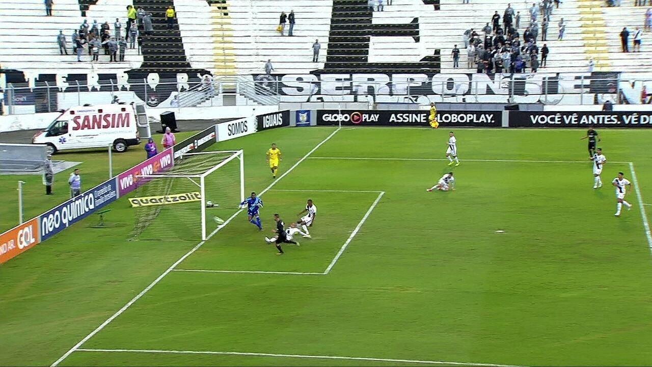 Brener cruza rasteiro e Léo Valencia perde grande chance, aos 6' do 1º Tempo