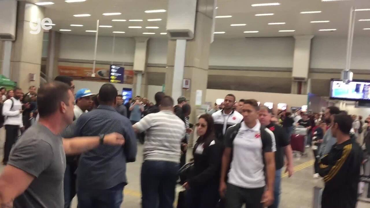 Torcedores do Vasco hostilizam jogadores após desembarque no Galeão