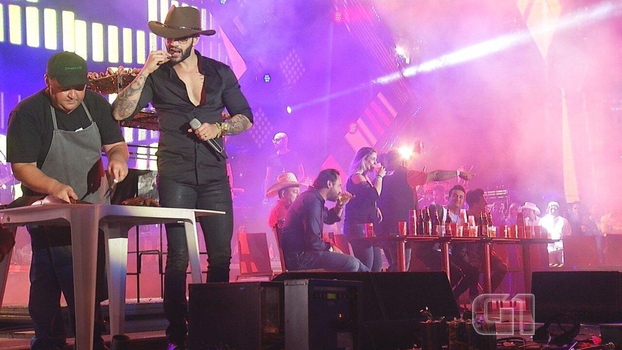 Gusttavo Lima faz churrasco durante show que foi até o sol raiar em Barretos