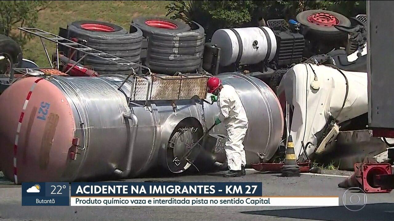 Caminhão com produto químico tomba na Rodovia Imigrantes